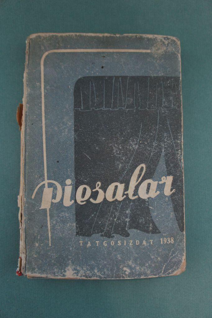 Книга «Пьесалар» на татарском языке (латинская графика). Издана в Казани в 1937 году.