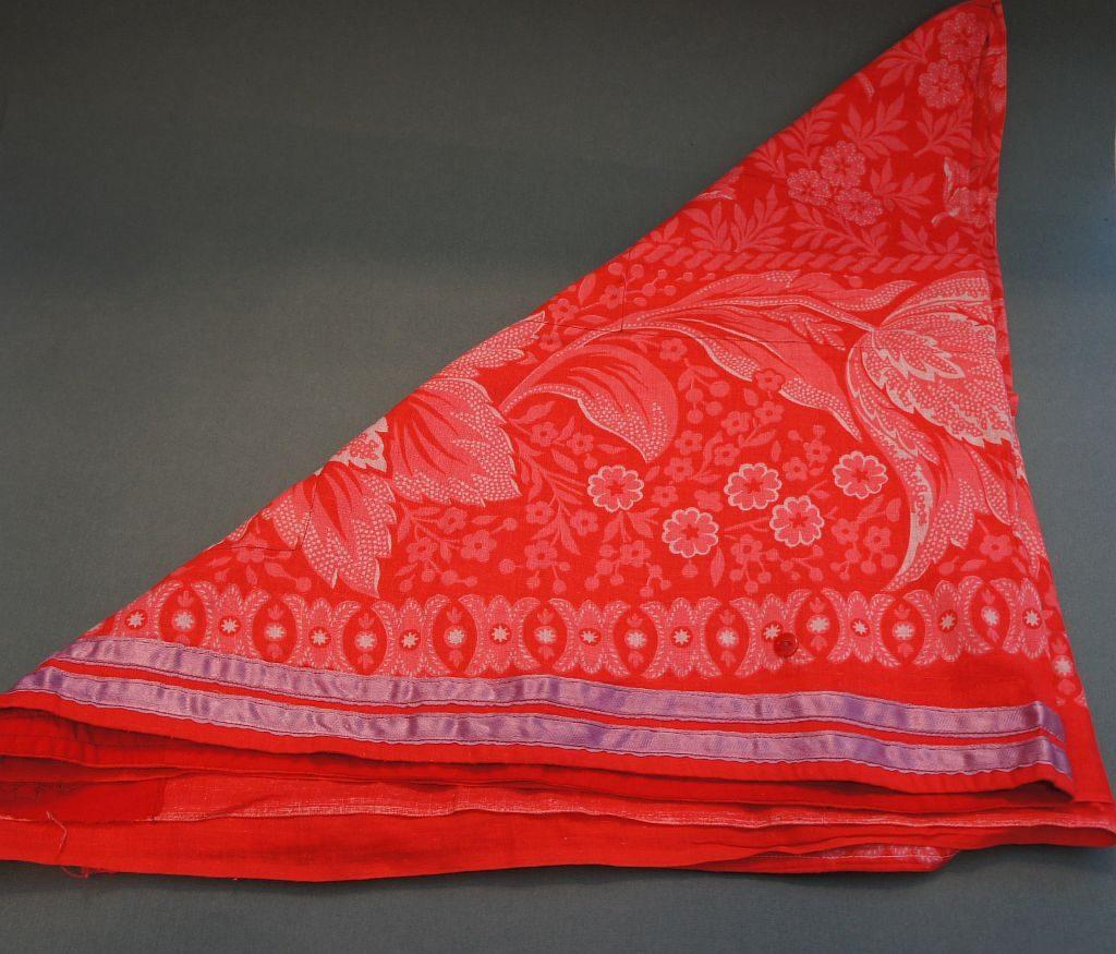 Платок французский красного цвета. Башкирский головной убор. Использовался женщинами.
