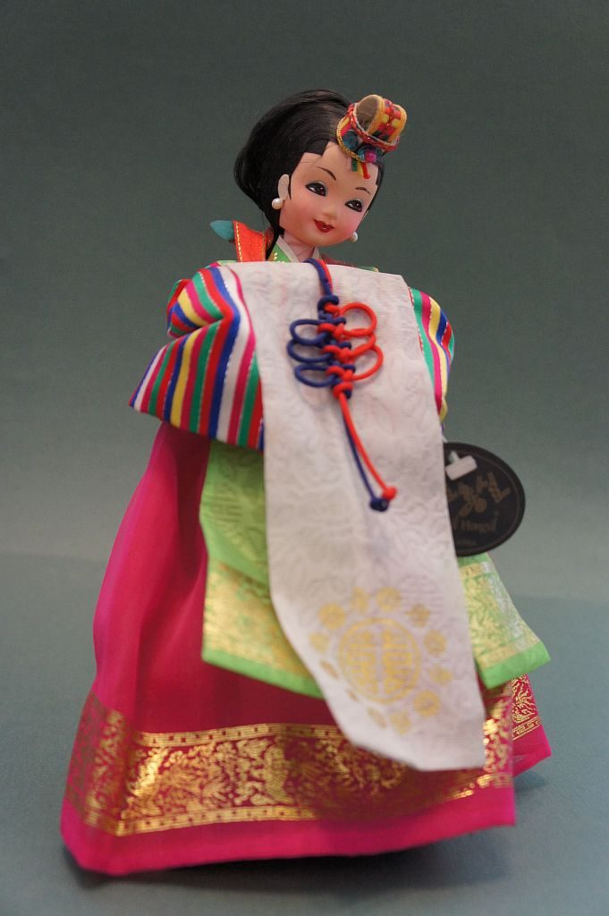 Сувенирная кукла ручной работы  в китайском национальном костюме. Представлена в положении стоя.