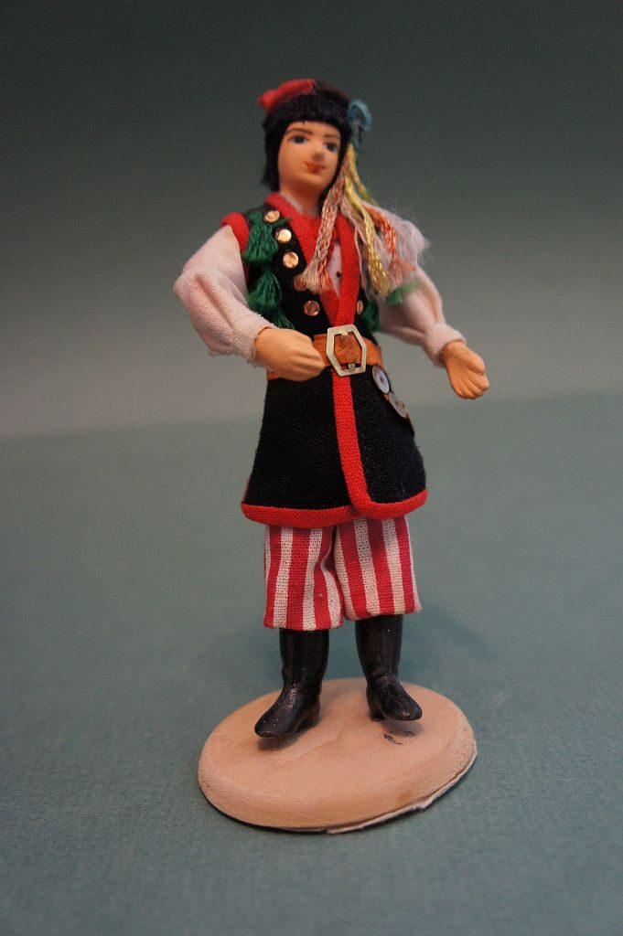 Сувенирная кукла ручной работы в национальном костюме. Фигура представляет мужчину в положении стоя.