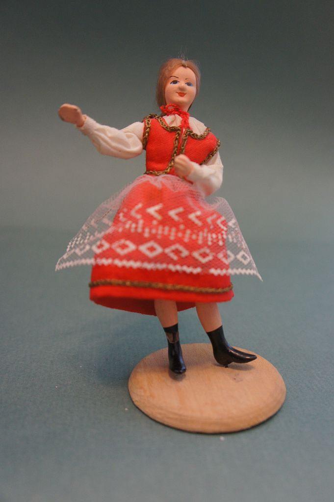 Сувенирная кукла ручной работы в национальном костюме. Фигура представляет женщину в положении стоя.