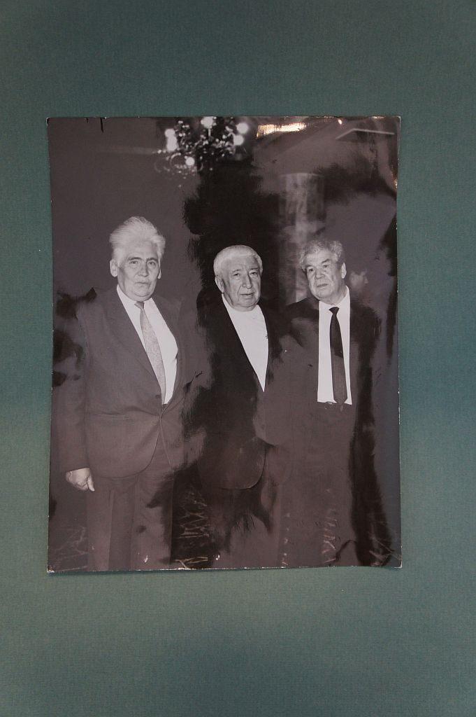 Фотография трех поэтов: Мусы Гали, Расула Гамзатова, Мустая Карима. Народный поэт Дагестана  Расул Гамзатов и народный поэт Башкортостана Мустай Карим были друзьями.