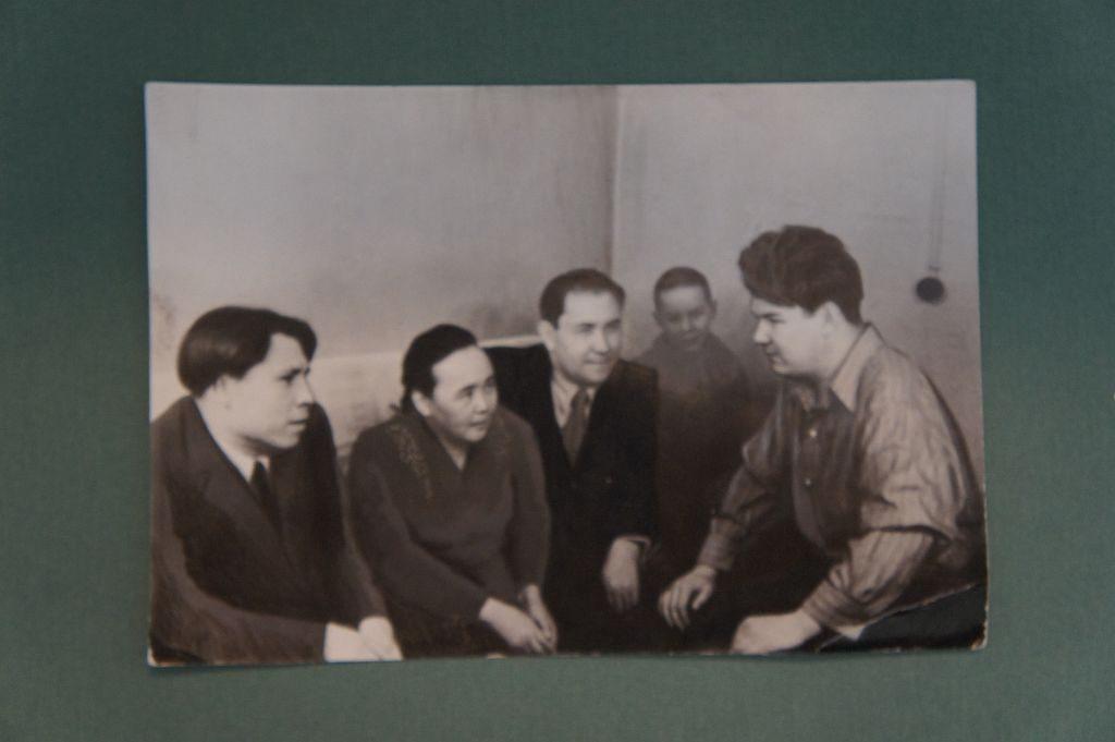 Фотография группы башкирских писателей. На снимке изображены слева направо: Назар Наджми, Зайнаб Биишева, Акрам Вали, Мустай Карим. Место и время фотосъемки незвестны.