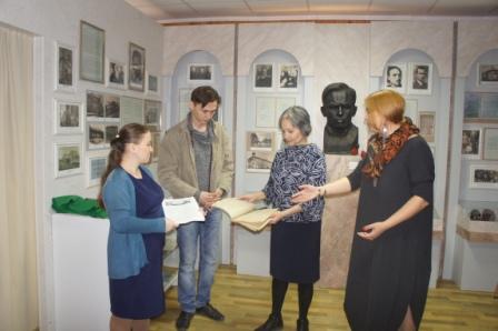 Научный сотрудник НЛМ РБ Регина Фазылова вместе создателями фильма «Бабич» побывала в Дюртюлинском районе
