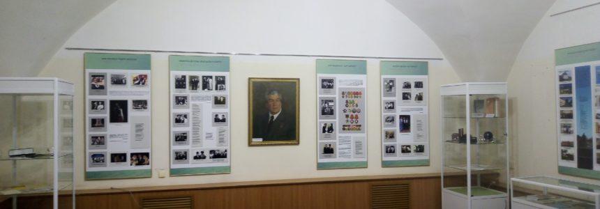 В выставочном зале Мемориального дома-музея Мажита Гафури работает предвижная выставка НЛМ РБ «Я не случайный гость земли родной», посвященный 100-летию Мустая Карима